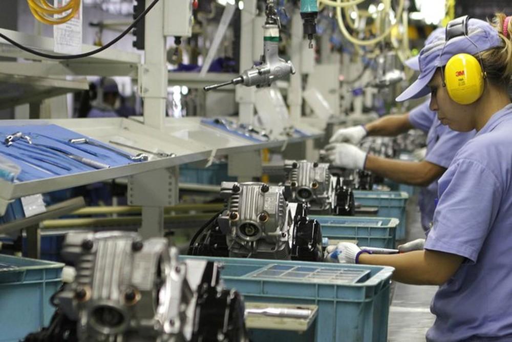 Funcionária trabalha em linha de produção de indústria — Foto: Divulgação/Arquivo/Agência Brasil