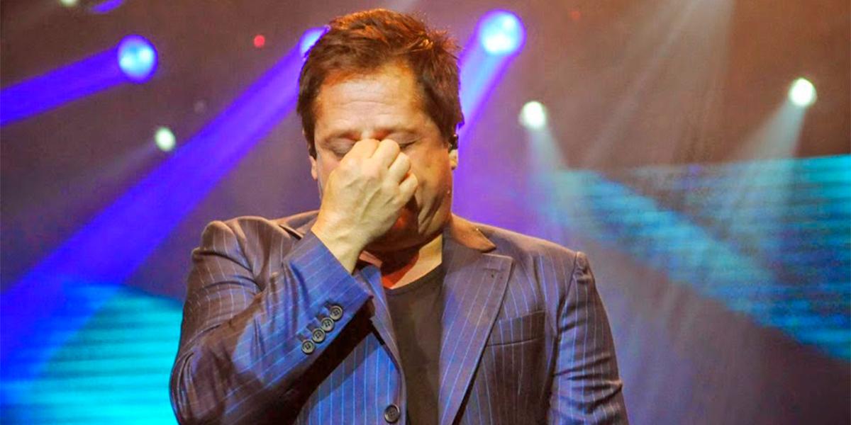 Leonardo chorando durante show. (foto: Reprodução)