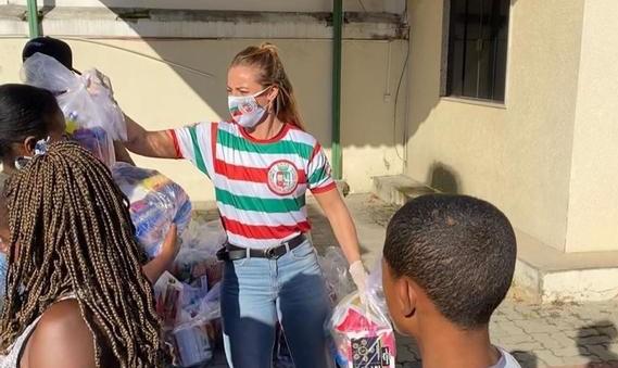 Paolla Oliveira doa cestas básicas na quadra da Grande Rio / Reprodução/Instagram